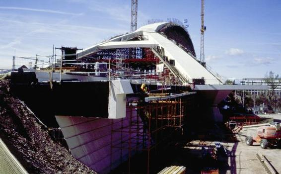 The custom-designed synchronous system was engineered to push apart and hold the two parts on the top of the arch, leaving the arch totally un-swung. Featuring the highest arch in the world of a fluvial bridge, execution of the project was made possible in large part by the synchronized systems developed by Enerpac's Integrated Solutions centre of Spain