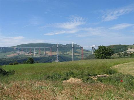 Réussite du lancement hydraulique final de la dernière partie du tablier du viaduc de Millau dans le sud de la France. Un travail bien fait