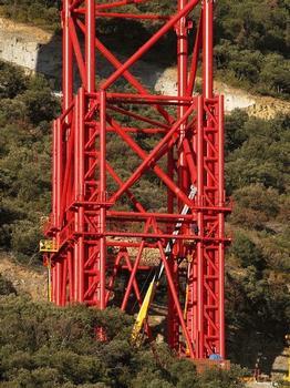 Vue rapprochée de la palée provisoire T6 du viaduc de Millau montrant les deux parties du système télescopique