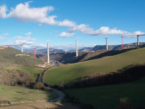 Viaduc de Millau: Le viaduc de Millau commence à s'inscrire dans le paysage: après la construction des piliers en béton, en janvier 2004, le tablier sera mis en place sur 1100 mètres, le total des portées étant de 2460 mètres