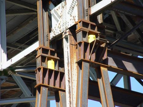 Chicago Skyway Rehabilitation : A close-up shows two of the four 600-ton cylinders used to lift the trusses