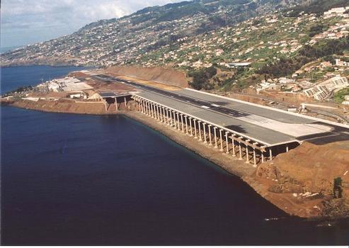 Landebahn des Flughafens in Madeira