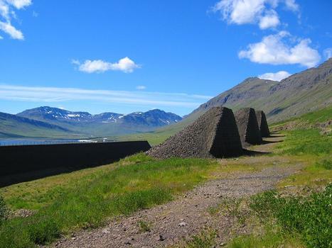 """Kleinere Hügel aus """"Bewehrte Erde"""", System TerraTrel™ vor dem Schutzdamm in Neskupstadur"""