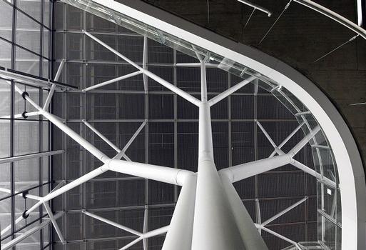 Flughafen Stuttgart  18 Stahlbäume tragen das Dach des neuen Terminals 3