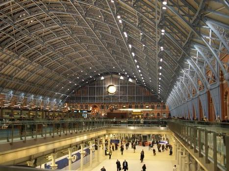 Modernisierter Bahnsteig mit Shopping im Untergeschoss