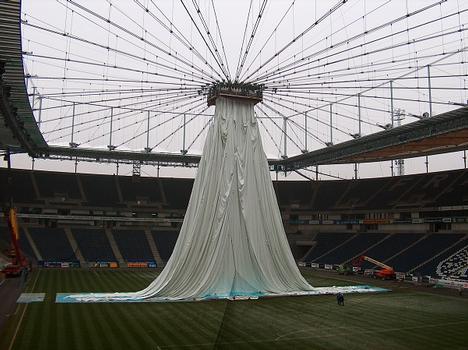 Waldstadion Ausfahrbares Stadiondach während der Montage