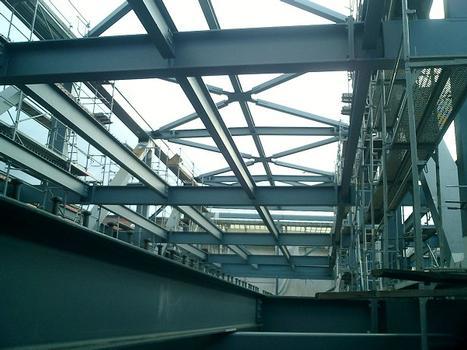Blick von unten in die fast fertige Stahlkonstruktion
