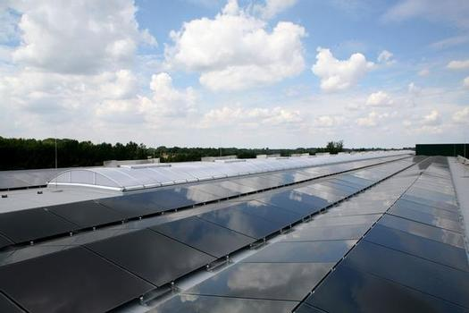 Unter der Konzeption und Projektleitung von LAMILUX ist auf dem Flachdach einer neuen Lagerhalle des Wellpappewerks Lucka eine Photovoltaikanlage mit 1.720 PV-Modulen (Gesamtfläche 2.460 m²) installiert worden
