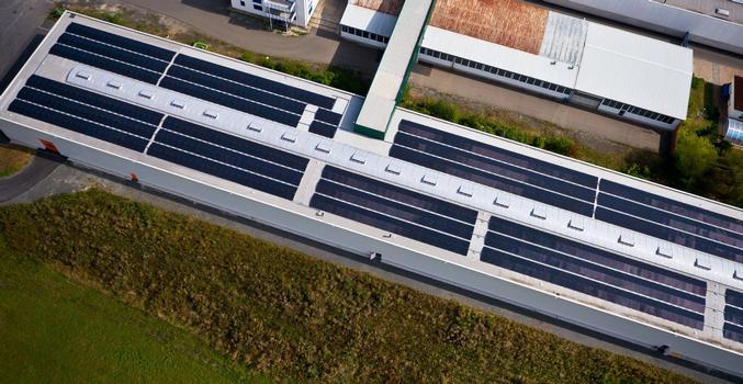 Ein 137 m langes und 4 m breites Lichtband von LAMILUX sorgt für den energieeffizienten Tageslichteinfall in das Innere der Halle