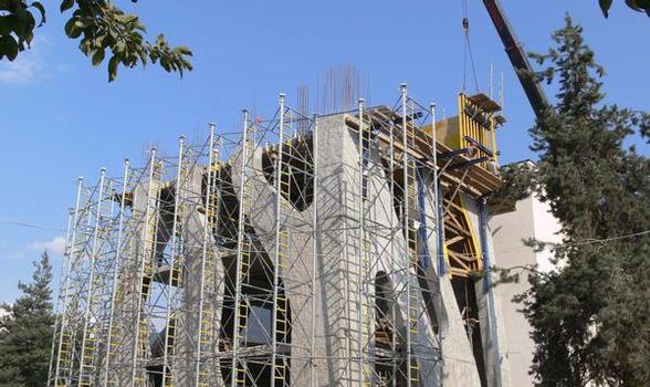 To transfer the concrete loads from the wave-shaped roof, Doka supplied its high-performance Load-bearing tower Staxo 100