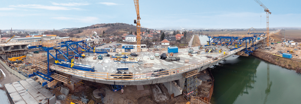 This new dual-carriageway bridge in Nitra, Slovakia, was erected with three pairs of high-performance Doka cantilever forming travellers (CFT). The short cycle times made possible by the Doka CFTs meant that there were no problems in meeting the tight construction schedule