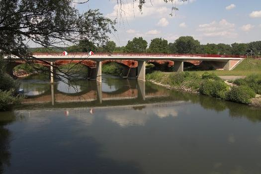 Saalebrücke Naumburg-Roßbach (B 180) - Bauwerksansicht von Seite West (im Hintergrund denkmalgeschütztes Bestandsbauwerk)