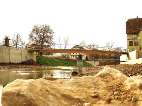 Bahnhofsbrücke kurz vor der Fertigstellung, im Hintergrund die Rokokobrücke