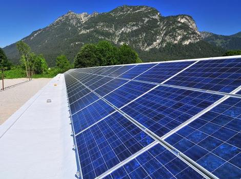Der Carport wurde mit Flüssigkunststoff abgedichtet, bevor eine Photovoltaikanlage mit 30 kWp aufgebracht wurde