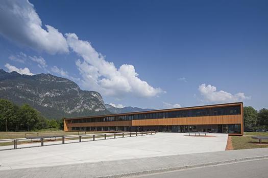 Das zweistöckige Gebäude wurde mit zahlreichen Preisen bedacht und wird nach den Kriterien für Nachhaltiges Bauen des Bundes (BNB) zertifiziert