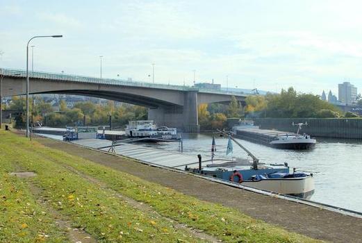 Die Europabrücke führt die B 9 über die Mosel ins Koblenzer Stadtzentrum. Sie zählt mit etwa 100.000 Fahrzeigen zu den am meisten befahrenen Brücken in Deutschland