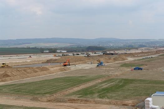 Mehr als 6,5 Mio. m3 Erdreich hat die ARGE Verkehrsflughafen Kassel-Calden Erdbau von Oktober bis Dezember 2011 auf dem rund 220 ha großen Baufeld des neuen Flugha-fens bewegt