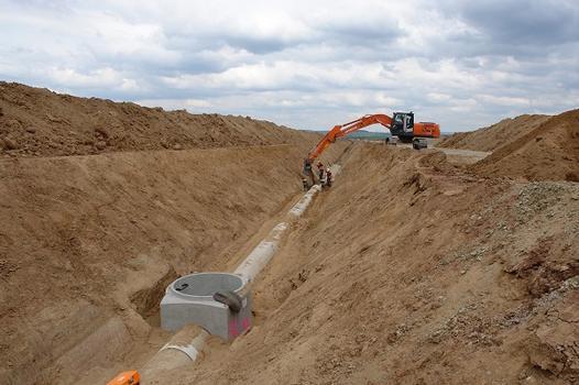 In Spitzenzeiten bauen 13 Verlegetrupps bis zu 800 m Rohre pro Tag ein