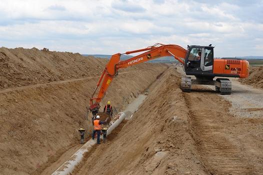 Nach der Verlegung werden die Rohrleitungen im Bereich der Bettung und der Rohrlei-tungszone fachgerecht bis 30 cm über Rohrscheitel mit der Rüttelplatte verdichtet