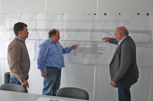 Baubesprechung auf dem Flughafengelände: Bauleiter Michael Schmidt, Oberbauleiter Fred Haschler und AMITECH-Gebietsleiter Rolf Heimann (v.li.)