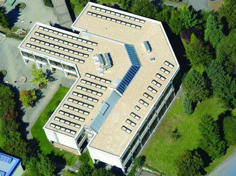 Das FOAMGLAS®-Kompaktdach eignet sich für alle wichtigen Flachdachtypen, wie hier für das bekieste Dach einer Grundschule in Neckarbischofsheim. Für die Qualität ihres Kompaktdaches 25® gewährt die Deutsche FOAMGLAS® GmbH eine Bauherren-Garantie über 25 Jahre