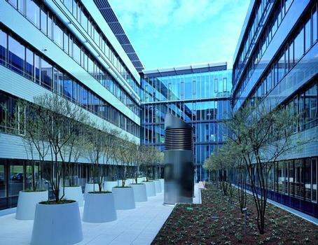 Mit Terrassenbelag sowie intensiver und extensiver Begrünung wie bei der Württembergischen Versicherung in Stuttgart – die Gestaltung- und Nutzungsvielfalt von Flachdächern schafft zusätzlichen Lebens- und Wohnraum und verbessert die Umgebungsluft des Gebäudes