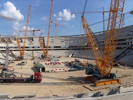 Auf der Decke über der Tiefgarage bewegten sich während der Montage der Stahlkonstruktion Kräne mit einer Tragkraft von über 1.000 Tonnen