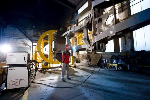 An enormous manipulator for chassis frames weighing several tonnes: the innovative forceArc® process is taking over ever more welding tasks at Manitowoc