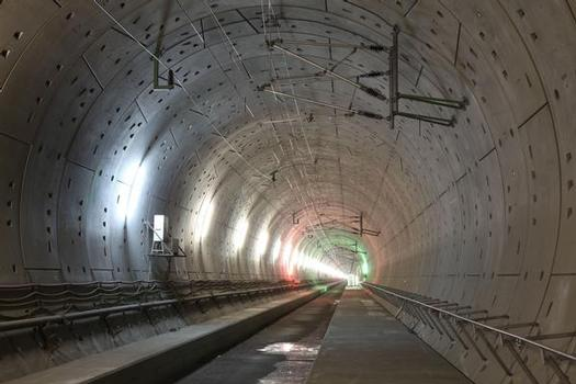 Mit rund 250 km/h können die Züge seit Dezember 2012 durch den knapp 9,5 km langen, und damit drittlängsten deutschen Eisenbahntunnel rasen