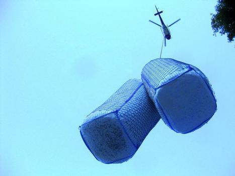 Die einzelnen Dämpfungsmodule werden mit dem Helikopter auf die Galeriedächer geflogen