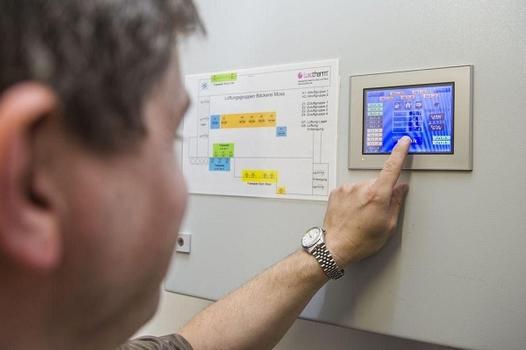 Komfortable Lüftungssteuerung per Touchscreen mit acht einzeln steuerbaren Lüftungsgruppen, die sich individuell anpassen und nachträglich umprogrammieren lassen