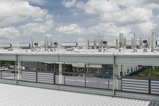 Die Vielzahl der Dachaufbauten resultiert aus der produktionstechnischen Ausstattung