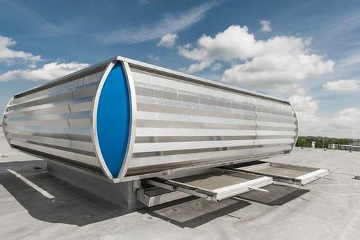 INDU LIGHT Mehrzwecklüfter (MZL) in der Ausführung mit bombierten Aluminium-Wellprofilen als Windleitführung und Schubfach für pflegeleichte Insektenschutzgitter