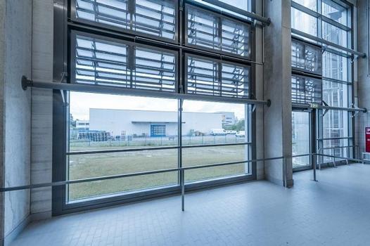 Fassade mit eingebauten Lamellenlüftern und integrierten wartungsfreundlichen, pflegeleichten Insektenschutzgittern