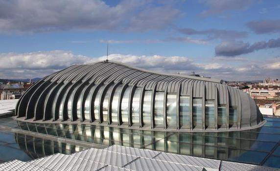 Der niederländische Architekt Prof. Erick van Egeraat hat den organisch geformten Konferenzraum auf das transparente Glasdach eines im Stil der Neorenaissance gebauten Gebäudes in Budapest gesetzt
