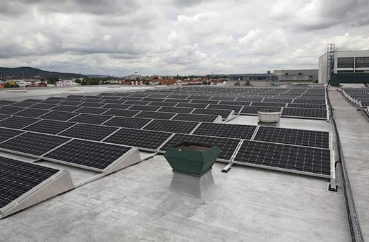 10.000 m Flachdachflächen im Industriegebiet Laubanger wurden mit der Flüssigabdichtung Kemperol neu abgedichtet, bevor eine Photovoltaikanlage mit 406 kWp installiert wurde