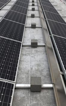 Ohne Durchdringung: Die Elemente der Solaranlage sind untereinander verbunden und an zentralen Punkten mit Steinquadern beschwert