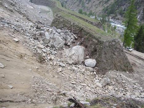 Der Steinschlagschutzdamm erwies sich als effektive Schutzmaßnahme