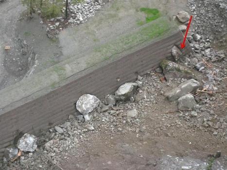 Bei einem Erdrutsch drangen Felsbrocken in den Schutzdamm ein