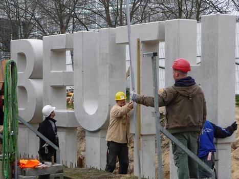 Name der Beuth Hochschule für Technik als Sichtbeton-Kunstwerk