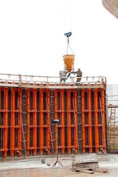 Der Kübel kommt heran und entlädt seinen Inhalt mittels einer firmeneigenen Methode sanft auf die darunter liegende Fläche; unerwünschte Entmischungen finden so nicht statt