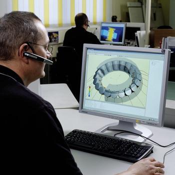 Hochmoderne Berechnungs- und Simulationsprogramme sichern eine optimale Auslegung der Windkraftlager: vom einzelnen Wälzlager und seinen Komponenten über die Anschlusskonstruktion bis hin zum kompletten Antriebsstrang, der mit eigens entwickelten Mehrkörper-Simulationsprogrammen abgebildet und optimiert wird