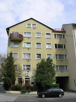 Vorher: Der typische Nachkriegsbau an der Ecke Breitscheid-/Silberburgstraße war arg in die Jahre gekommen