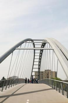 The main structural element of the pedestrian bridge is the arch with its span of 230 metres. In the central section of the bridge, it runs for a length of 200 m above the bridge deck, and in the two 15-metre end sections it runs below the deck. At its highest, the arch is about 14 metres above the deck and 20 metres above its ends.