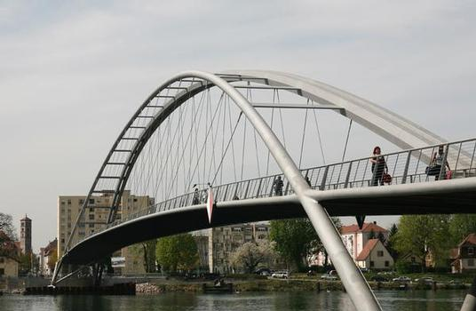 Asymmetry as a consistent design characteristic: the main – north – beam of the pedestrian bridge has a hexagonal cross section, while the end section of the southern arch consists of a circular tube with a diameter of 250 mm. The design of the bridge deck is also asymmetrical