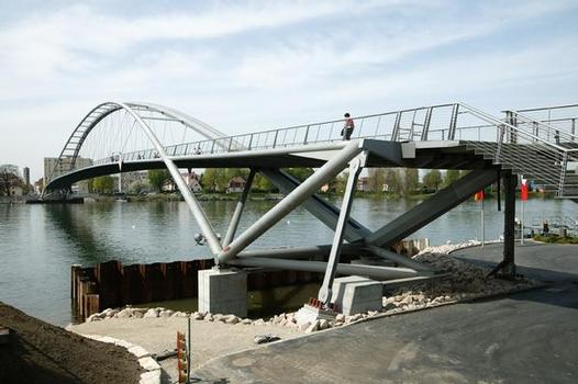 Technical challenge: With its low rise, the arch is extremely flat and gives the shape of the bridge its specific elegance