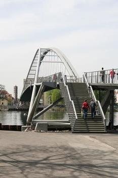 Vertical and tilted: The north arch is vertical, while the southern arch has a tilt of 18°. The railings of the stairs and the southern limit of the bridge deck take over the tilt