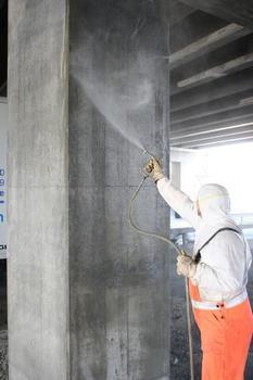 Deep impregnation treatment for bridges: the hydrophobic agent is sprayed directly onto the bridge pier