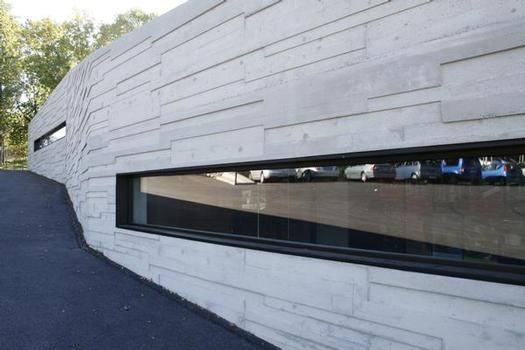 With a relief-type texture and large windows that had to be carefully considered when building the walls, the construction of the façade presented the contractor with a special challenge