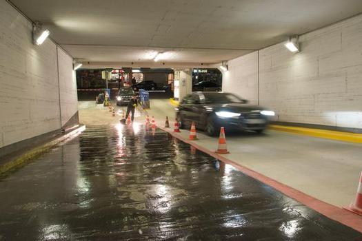 Das Fachverleger-Team sanierte den ca. 350 m² großen Einfahrtsbereich mit dem PMMA-System in nur vier Nachtschichten parallel zum Verkehr